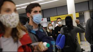 תיירים עם מסיכות מגן מחשש לנגיף הקורונה בנמל התעופה אורלי בפריז שבצרפת. 17 במרץ 2020.