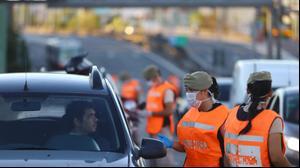 נהג נעצר במחסום בבואנוס איירס, ארגנטינה - 21 למרץ 2020