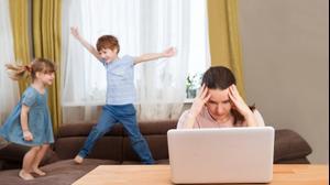 אישה מנסה לעבוד מהבית בזמן שהילדים שלה משתוללים בבית