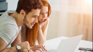 זוג גולש באינטרנט באמצעות לפטופ
