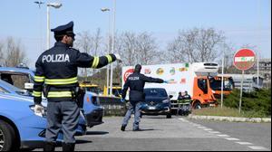 משטרת רומא במהלך פעילות אכיפה למפרי צו בידוד לאחר החרפת הממשל לצורך התמודדות עם התפשטות נגיף הקורונה 25 במרץ 2020