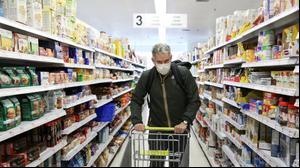לקוח עם מסיכה בסופרמרקט בברוקלין, ניו יורק, 25 במרץ 2020