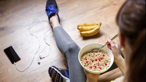 אישה אוכלת מזון בריא