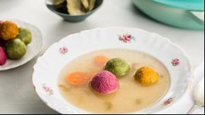 קניידלך ירקות צבעוני במרק עוף