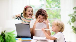 אמא מנסה לעבוד מהבית וילדים מפריעים