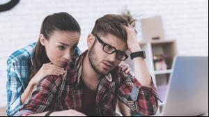 זוג מבולבל מביט במחשב