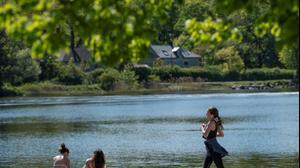 שבדים מבלים בפארק בסטוקהולם, במהלך משבר הקורונה. 26 במאי 2020