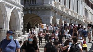 תיירים בכיכר סן מרקו בונציה. רויטרס