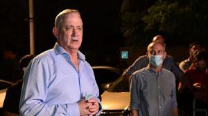 שר הביטחון בני גנץ, במהלך שיחה עם מפגיני עולם התרבות מחוץ לביתו בראש העין 9 באוגוסט 2020