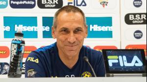 מאמן מכבי תל אביב גאורגיוס דוניס במסיבת עיתונאים