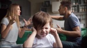 הורים רבים ופעוט עצוב