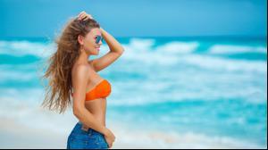 אישה בבגד ים עם משקפי שמש