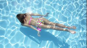 אשה שוחה בבריכה