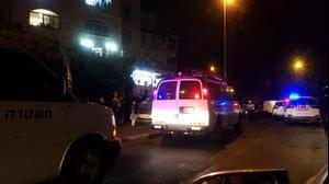 ניידת משטרה מחוץ לבית כנסת שערך הקפות שניות בניגוד להנחיות בירושלים - 11 לאוקטובר 2020