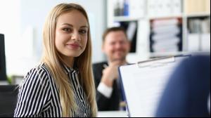 אישה עובדת במשרד