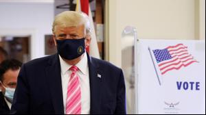 """נשיא ארה""""ב דונלד טראמפ מצביע בקלפי בספריה בווסט פאלם ביץ', פלורידה, 24 באוקטובר 2020"""