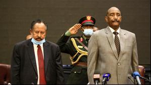 ראש ממשלת סודאן עבדאללה חמדוכ וראש המועצה הריבונות עבד אל-פתאח אל-בורהאן בפורום כלכלי בחרטום, 26 בספטמבר 2020