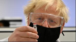 ראש ממשלת בריטניה בוריס ג'ונסון במפעל בווילס לייצור חיסוני קורונה של אסטרהזניקה, 30 בנובמבר 2020