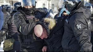 המשטרה מבצעת מעצרים בהפגנת תמיכה במוסקבה במנהיג האופוזיציה ברוסיה, אלכסיי נבלני. 23 בינואר 2021. AP