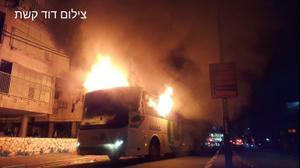אוטובוס הוצת במהלך אירועים אלימים בבני ברק. 24 בינואר 2021. דוד קשת, אתר רשמי