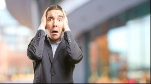 גבר מורט שערות אוחז בראשו. ShutterStock