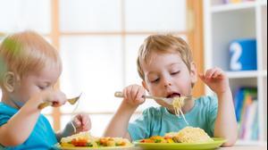 ילדים אוכלים. Oksana Kuzmina, ShutterStock