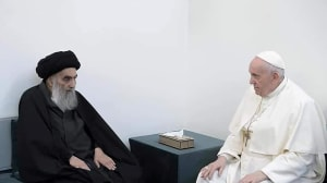 האפיפיור פרנציסקוס נפגש לראשונה עם האייתוללה עלי סיסתאני, מנהיג השיעים בעיראק, כחלק מביקורו ההיסטורי במדינה. 6 במרץ 2021. רויטרס