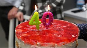 עוגת יום הולדת עם נרות בצורת המספר 40. ShutterStock