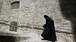 נזירה בדרכה לכנסיית הקבר בירושלים
