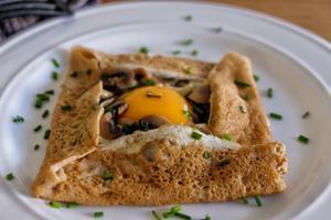 ואז שוברים פנימה ביצה במבטא צרפתי: קרפ-קומפלט שמתאים גם לפסח