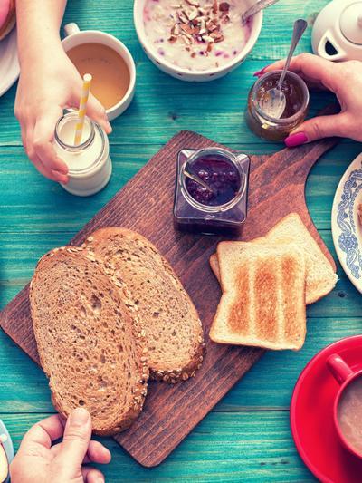 ארוחת בוקר שכוללת לחם, דגנים וביצים