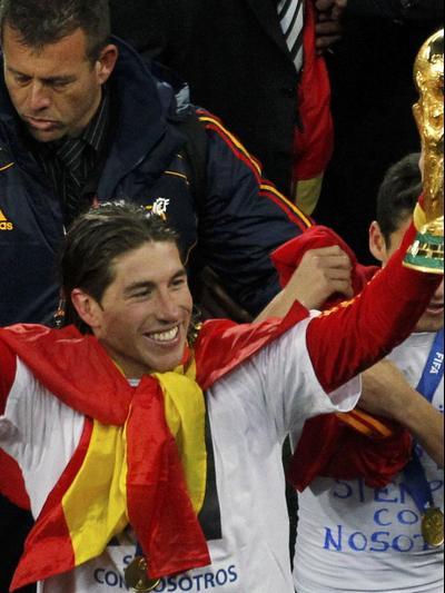 סרחיו ראמוס נבחרת ספרד, מונדיאל 2010, עם חסוס נבאס והגביע העולמי