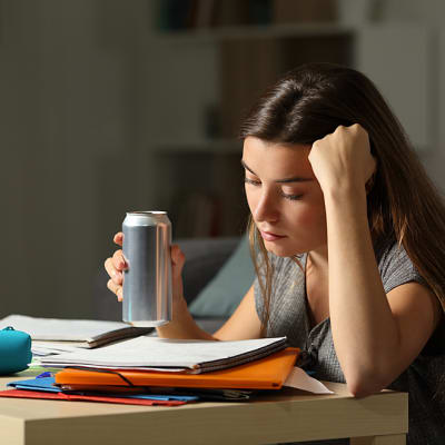 אישה עייפה שותה משקה אנרגיה