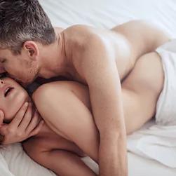 זוג מקיים יחסי מין