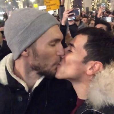 הראל סקעת ועידן רול מתנשקים