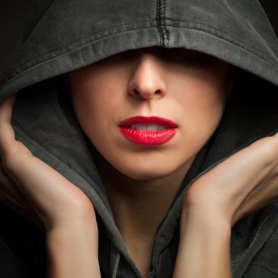 אישה מסתירה את פניה
