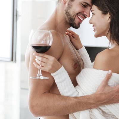 זוג מתחבק ושותה יין