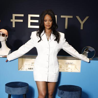 ריהאנה השקה פנטי אופנה בגדים פריז