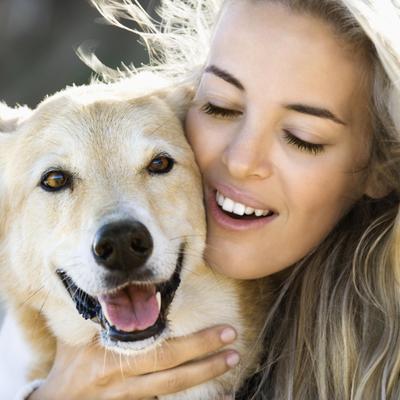 בחורה עם כלב