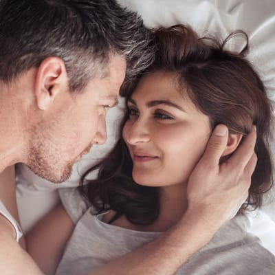 זוג מחייך במיטה