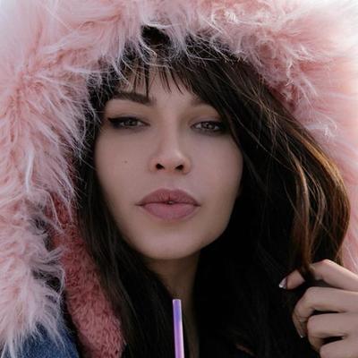שחקנית פורנו מחפשת חבר לבידוד