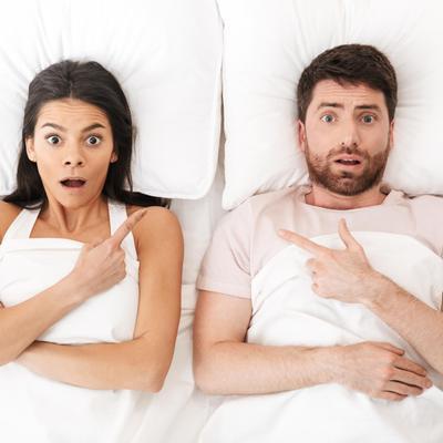 זוג מבולבל במיטה