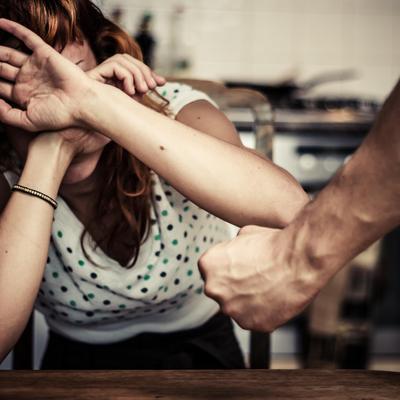 אישה מאוימת על ידי בעלה
