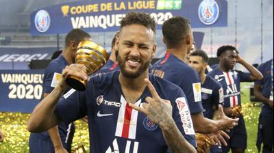 ניימאר שחקן פריז סן ז'רמן לאחר הזכייה בגביע הליגה הצרפתי