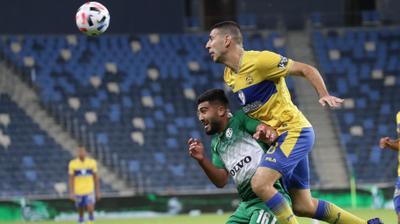 איתן טיבי שחקן מכבי תל אביב מול מוחמד אבו פאני שחקן מכבי חיפה. דני מרון