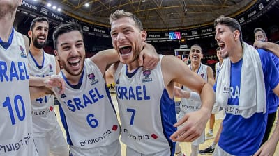 גל מקל, תמיר בלאט, שחקני נבחרת ישראל חוגגים העפלה ליורובאסקט