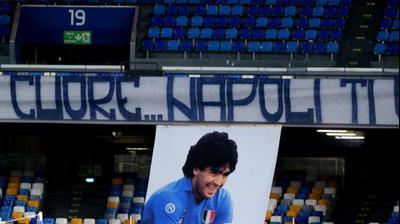 דגל של דייגו ארמנדו מראדונה במשחק של נאפולי