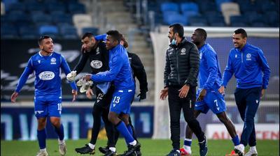 שחקני מכבי פתח תקוה חוגגים בסיום הניצחון על מכבי חיפה. מאור אלקסלסי
