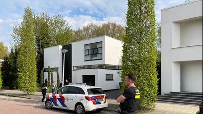 ליד ביתו של ערן זהבי באמסטרדם עם שוטר. INTER VISUAL STUDIO, אתר רשמי