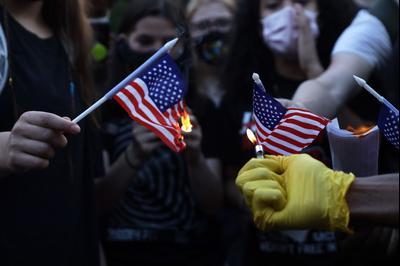 Демонстранты Black Lives Matter сжигают флаги США